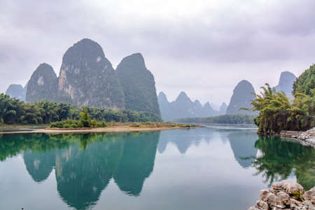 Famous landscape of rocks and water by Li River in Guangxi region, Guilin, China Standard-Bild