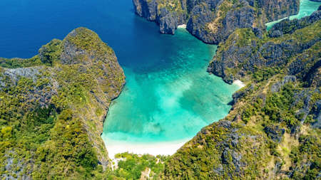 Aerial drone view of tropical Ko Phi Phi island, beaches and boats in blue clear Andaman sea water from above, beautiful archipelago islands of Krabi, Thailand Standard-Bild