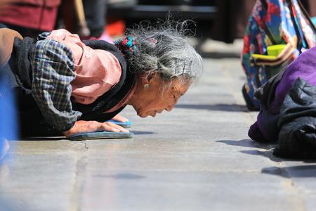 Mujer mayor que ruega Foto de archivo - 87317526