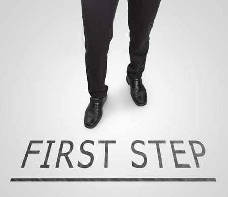 first step: Businessman Standing tragen Pumps auf erste Schritt Linie.
