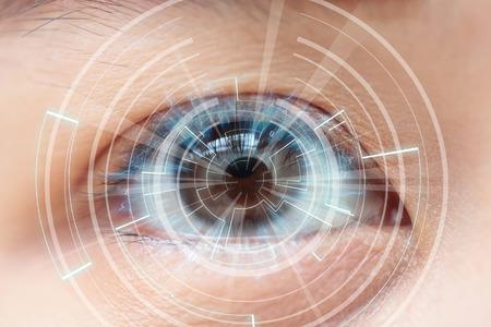 ojo humano: Primer plano de los ojos marrones de la mujer. Altas Tecnolog�as en el futuro Foto de archivo