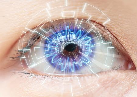 yeux: Close-up d'?il bleu de la femme. Hautes technologies dans le futuriste. : Lentilles de contact