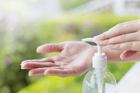 Weibliche Hände mit Waschhändedesinfektionsmittel Gel-Pumpspender. Standard-Bild