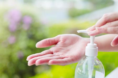 洗浄手消毒ゲル ディスペンサー ポンプを使用して女性の手。 写真素材