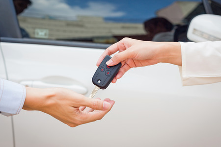Vrouwelijke hand die een sleutel voor de koper of verhuur. Stockfoto - 42929462