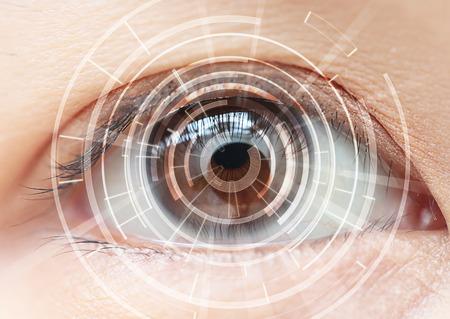 ojo: Primer plano de los ojos marrones de la mujer. Altas Tecnologías en el futuro Foto de archivo