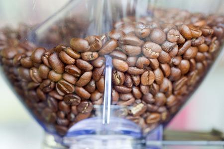Close-up espressomachine met gebrande koffiebonen. Stockfoto - 44075804