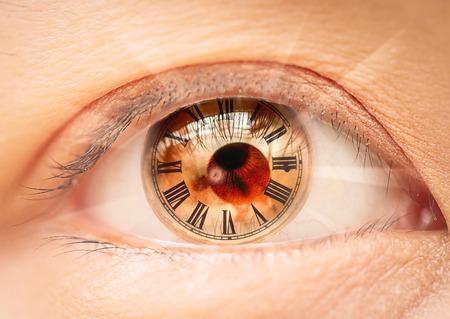 Occhio femminile numeri romani orologio bio. Archivio Fotografico - 44076258