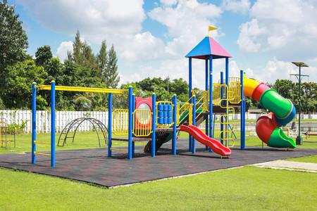 suolo: Parco giochi colorato sul cantiere nel parco.