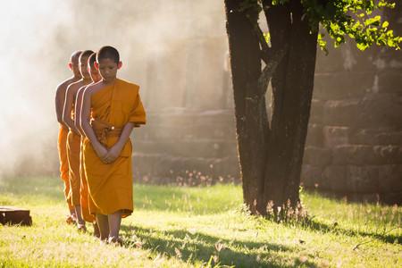 Nakhonratchasima, THAILAND - September 19, 2015 : Buddhist monk walking the temple on the sunlight 新聞圖片
