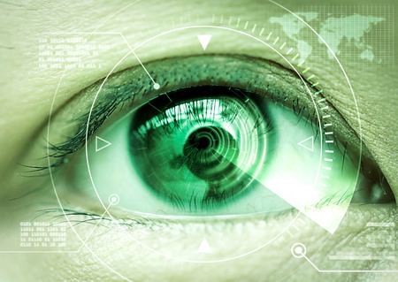 Cierre de las mujeres la tecnología de escaneo del ojo en el futurista Foto de archivo - 47434979