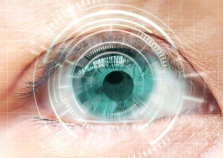 Cataratta a occhio di donna, lenti a contatto, futuristica, digitale, tecnologia. Archivio Fotografico
