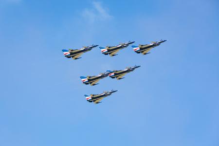 """the acrobatics: Nakhonratchasima, Tailandia 26 de de noviembre de, 2015: F16 Gripen y agosto 1 � AEROACROBACIAS """"que participan en la acrobacia."""