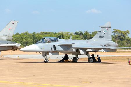 """the acrobatics: Nakhonratchasima, Tailandia 27 de de noviembre de, 2015: F16 Gripen y agosto 1 � AEROACROBACIAS """"que participan en la acrobacia."""