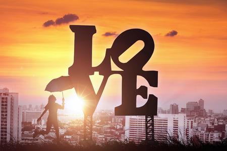 Silhouet van vrouwen met paraplu vallei op liefde teken in de stad. Stockfoto - 51551028