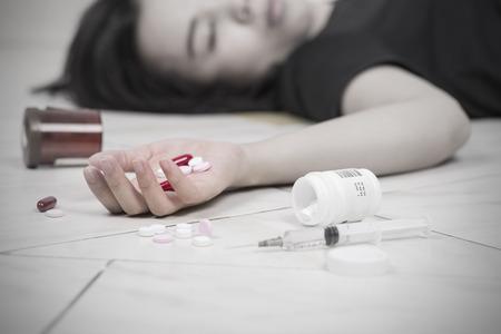 焦点の一方で女性を食べて薬過剰摂取後。