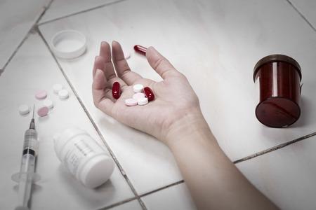 sobredosis: Centrarse en parte las mujeres despu�s de comer las p�ldoras sobredosis.