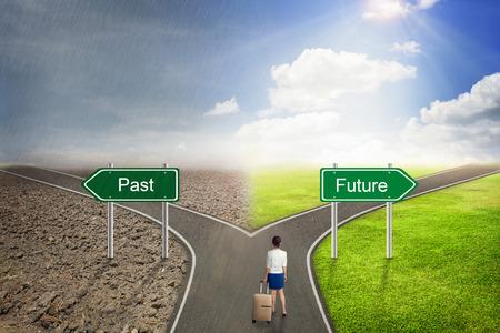 ビジネスマンの概念、正しい道に過去や未来の道路。