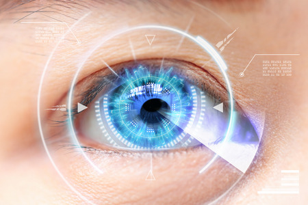 파란 눈의 근접입니다. 미래 지향적 인 첨단 기술. 백내장 스톡 콘텐츠