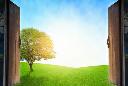 adentro y afuera: Abrir ventanas de madera con concepto de ecología al aire libre. Foto de archivo