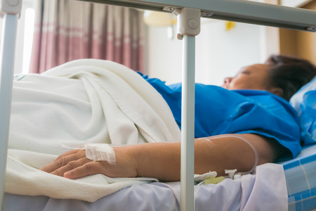Close-up woman patient sleep in hospital with saline intravenous (IV). Banque d'images