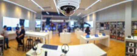 Panorama de la seguridad del CCTV con el fondo borroso de la tienda. Foto de archivo