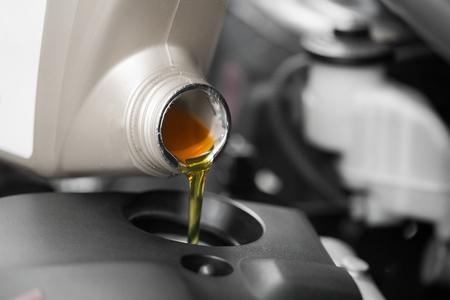 닫기, 자동차 엔진에 모터 오일을 붓는.