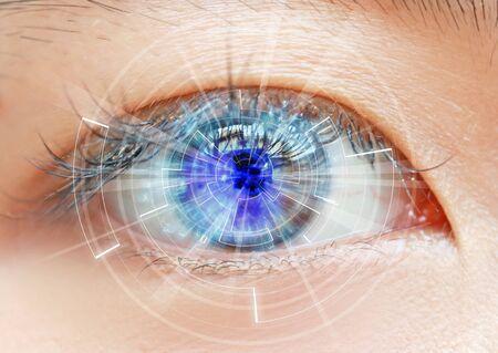 Nahaufnahme von Frauenaugen-Scanning-Technologie in der futuristischen, Operation, Lasik, Katarakt.
