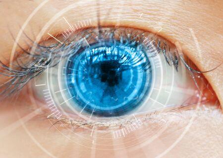 Gros plan sur la technologie de balayage des yeux des femmes dans le futuriste, opération, lasik, cataracte.