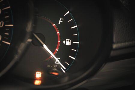 Jauge de carburant faible affichant le tableau de bord du carburant.
