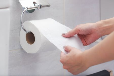 Close-up of in Hand using a toilet paper. Stockfoto
