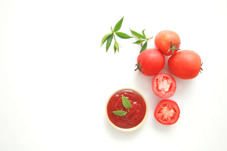 Bowl of ketchup or tomatoes sauce with ingredients on white background. Stockfoto