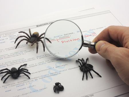 Bugs in de broncode. Deling door nul fout in ac programma. De programmeur is het inspecteren van de code. Stockfoto