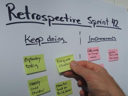 Het plaatsen van een donjon doen nota tijdens overzichtstentoonstelling bijeenkomst gehouden op het einde van de sprint in een scrum geslaagd project. Scrum is een agile projectmanagement methode vooral toegepast op de ontwikkeling van software projecten.