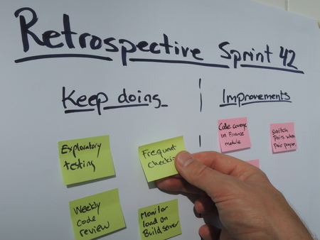 Placing a keep doing note during retrospective meeting held at the end of the sprint in a scrum managed project. Scrum is an agile project management method mostly applied to software development projects. Banque d'images