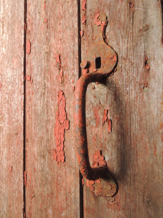 Vintage deurkruk op oude staldeur