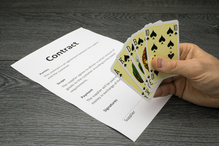 Konzeptionelle oder abstrakte Darstellung des Erhaltens oder den Vertrag zu gewinnen, eine starke Position oder einen Vorteil bei den Verhandlungen mit Standard-Bild - 60665077