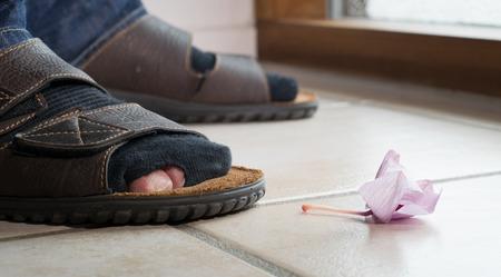 middle class: Ilustración conceptual de la pobreza de la clase media, a consecuencia de la crisis financiera Foto de archivo