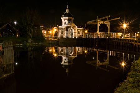 Westpoort en brug van oud centraal Leiden in Nederland.