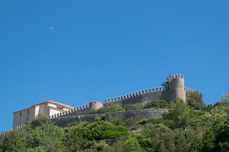 Maan boven het kasteel van Arta, Mallorca  Mallorca, Spanje.