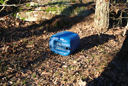 botar basura: Tirar basura en la naturaleza y la contaminación del medio ambiente con un plástico puede