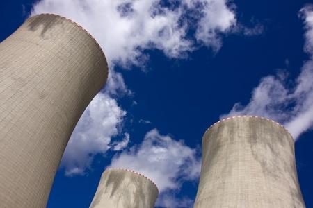 torres de alta tension: Torres de una central nuclear de Temelin de refrigeración Foto de archivo