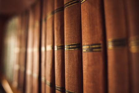 libros viejos: libros viejos en una biblioteca vieja en la estantería Foto de archivo