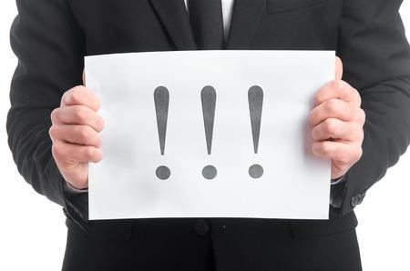 Photo d'une tablette avec un point d'exclamation dans les mains de l'homme Banque d'images