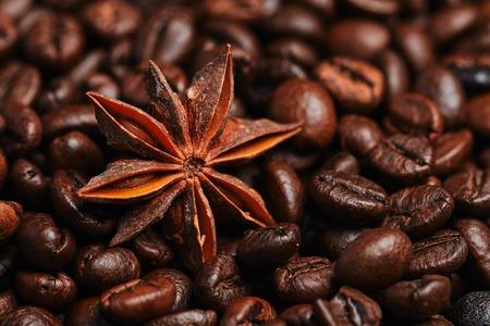 I chicchi di caffè e anice stellato sul tavolo di legno Archivio Fotografico