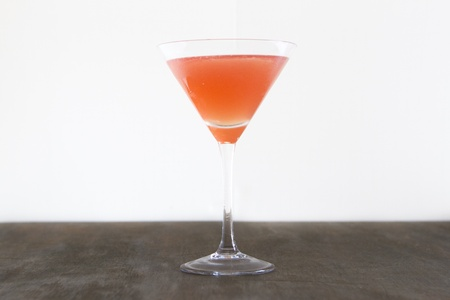 A cocktail made with vodka and cranberry juice. Banco de Imagens