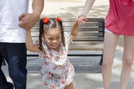 若い女の子は、彼女の家族との午後を楽しみます。 写真素材