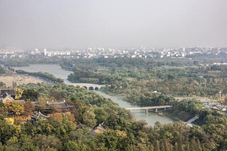 揚州の景色を見下ろす