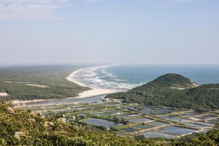 모래 해변이 보이는 Tonggu Mountain 스톡 콘텐츠