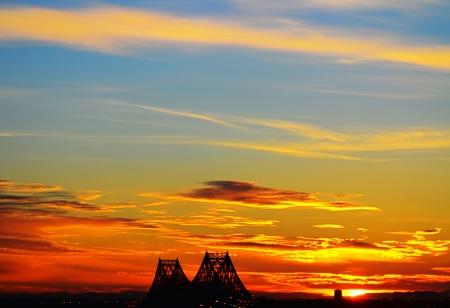 青空に雲の反射と赤い色を昇る太陽